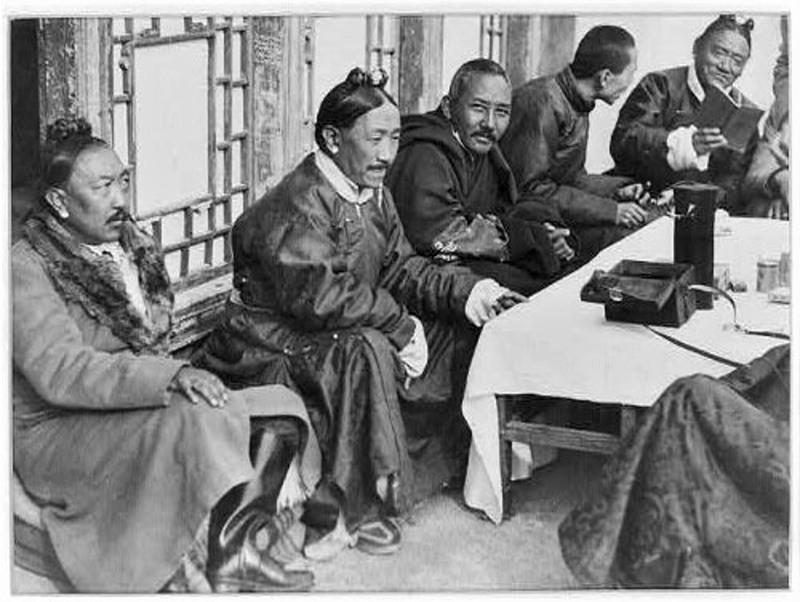 Редкая фотография важных официальных лиц Тибета (примерно 1930-е годы)